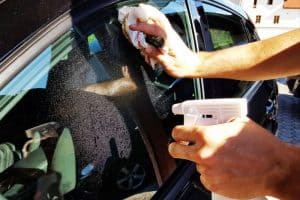 Can you use newspaper and vinegar to clean your cars windows.